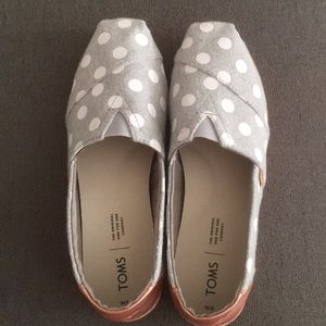 NWOT light gray and white polka dotted TOMS (sz 9)